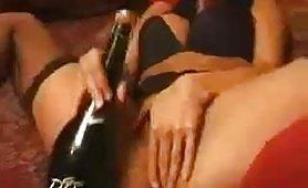 Bellissima figa italiana si masturba con una bottiglia