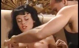 L`ungherese Anita Dark, la diva porno anni `90 in scena vintage