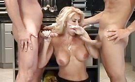 Cougar calda e maggiorata gode in cucina con giovani cazzuti