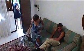 Una calda scena di sesso a tre con il figlio e l`amante