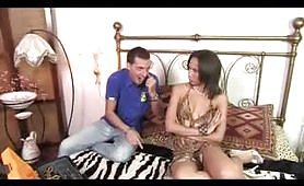 Una calda moglie italiana gode con il giovane elettricista