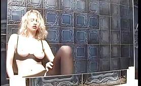 Arrapante scena di sesso in bagno con maiala bionda e porco occhialuto