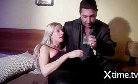 Il marito cornuto si guarda la partita mentre la moglie viene inculata in altra stanza
