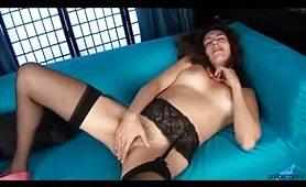 Isabella, calda milf porca di Genova gode da sola in porno amatoriale