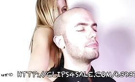 Porno femdom con schiavo soffocato dalla sua padrona bionda